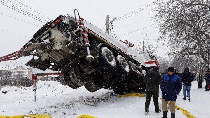 В Кишинёве грузовик опрокинулся из-за снегопада: фото