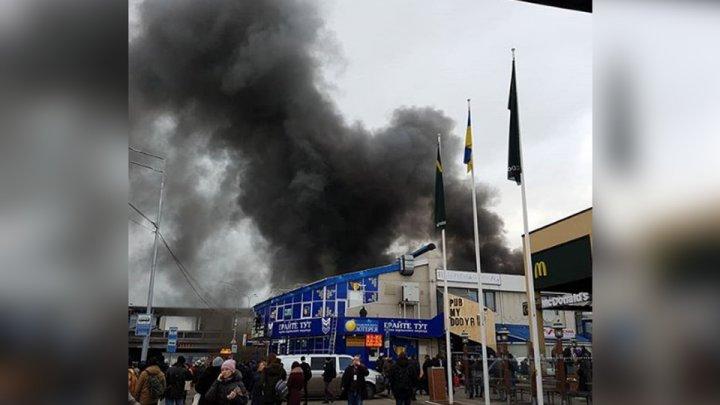 В Киеве рядом со входом в метро вспыхнул мощный пожар: фото