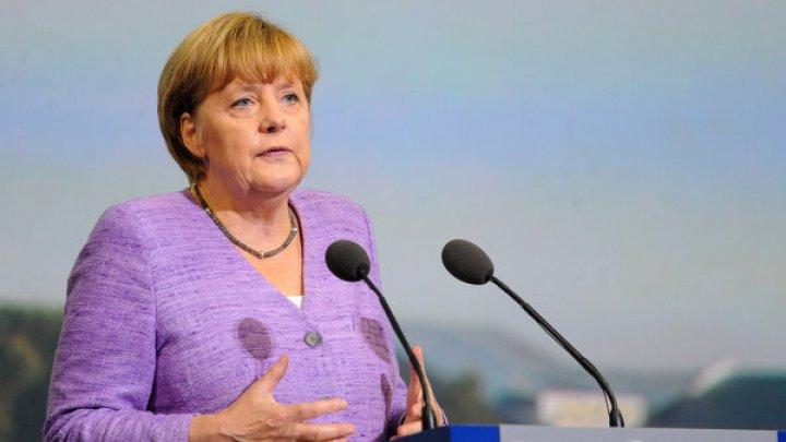 Меркель пообещала продолжить работу по обеспечению суверенитета Украины
