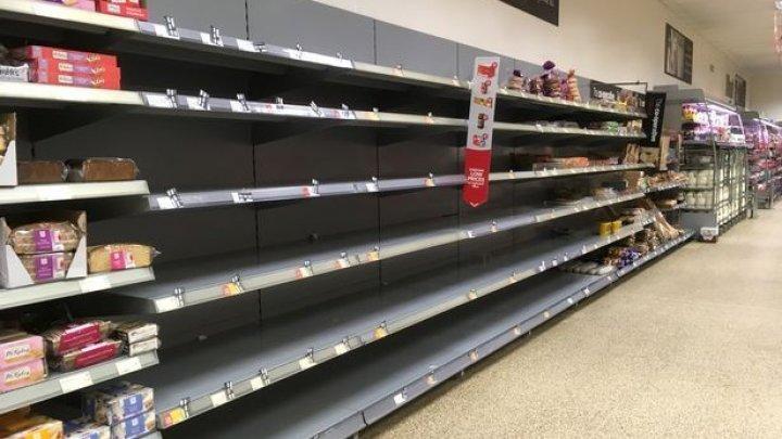 «Апокалипсис»: Снимки пустых полок в британских магазинах вызвали панику в соцсетях