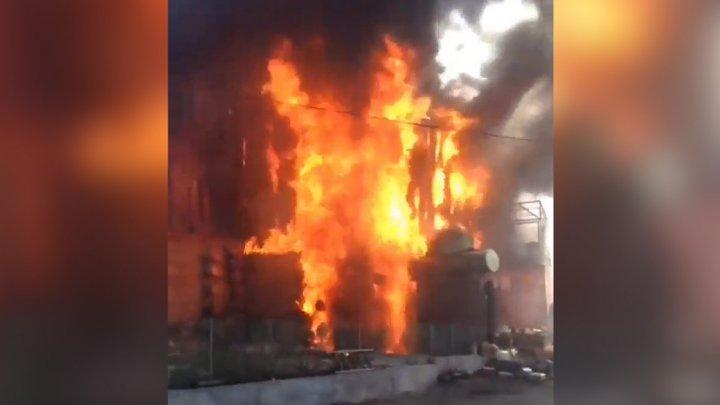 Во Владивостоке полыхает склад с пенопластом (видео)