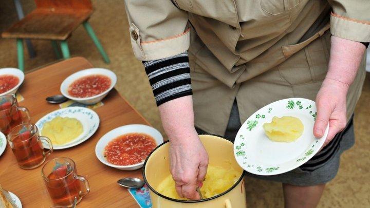 В Челябинске воспитатель детсада накормила ребёнка супом, в который его вырвало