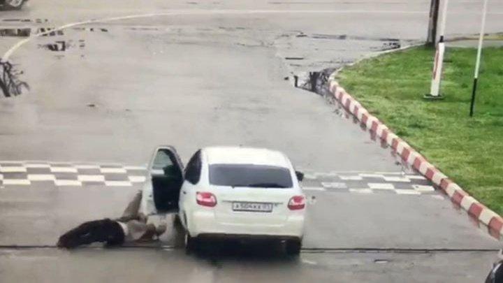 Угонщик без прав около 100 метров тащил таксиста по асфальту: видео