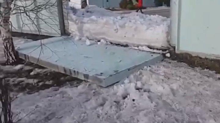 Каменный забор рухнул на семилетнюю девочку во дворе школы в Барнауле (видео)