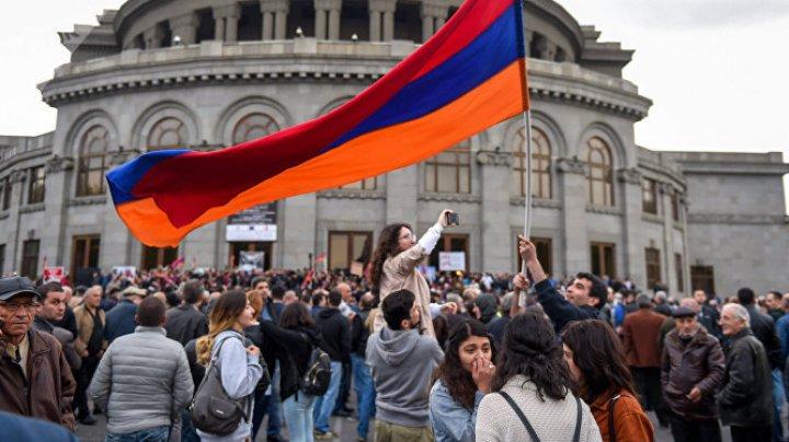 Протестующие ворвались в здание радиостанции в центре Еревана