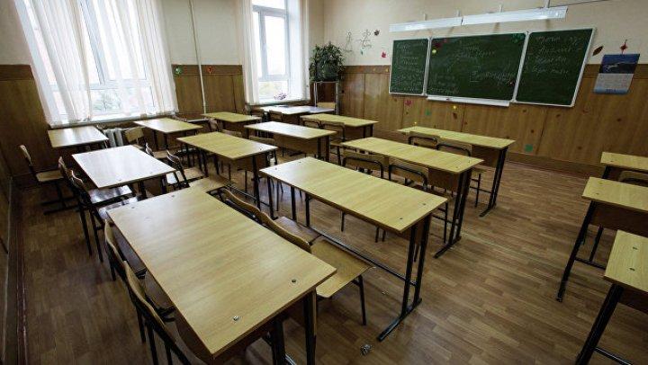 В школе на юге Москвы на учеников обрушился потолок: фото