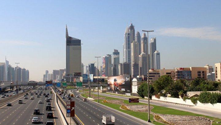 В Дубае пьяная туристка укусила полицейского и разбила головой стекло автомобиля