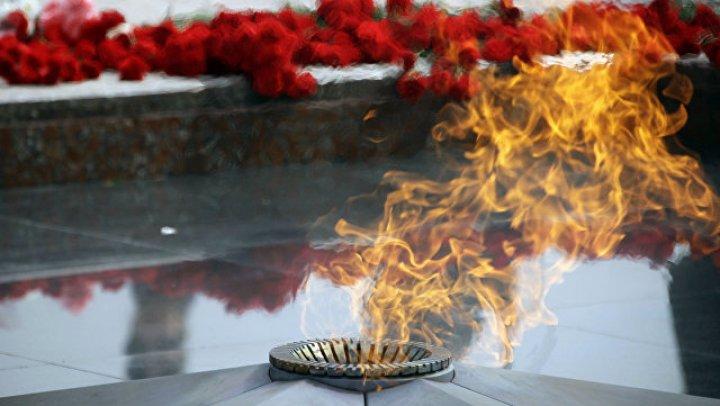 Омские школьницы устроили пикник у Вечного огня
