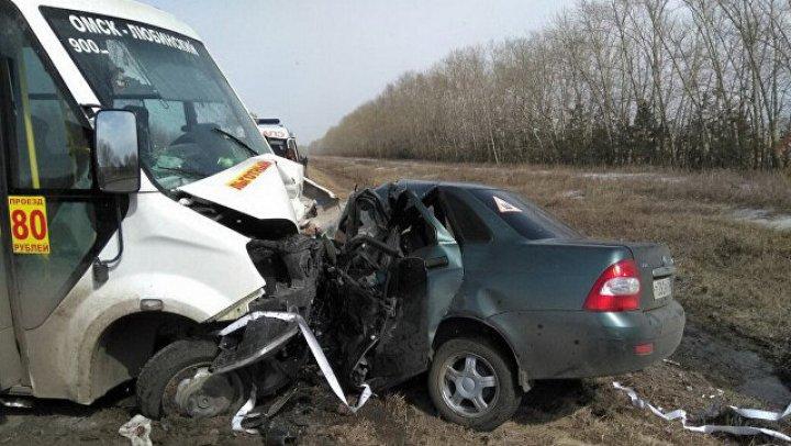 Пять человек погибли при столкновении маршрутки и легковушки в Омской области: фото