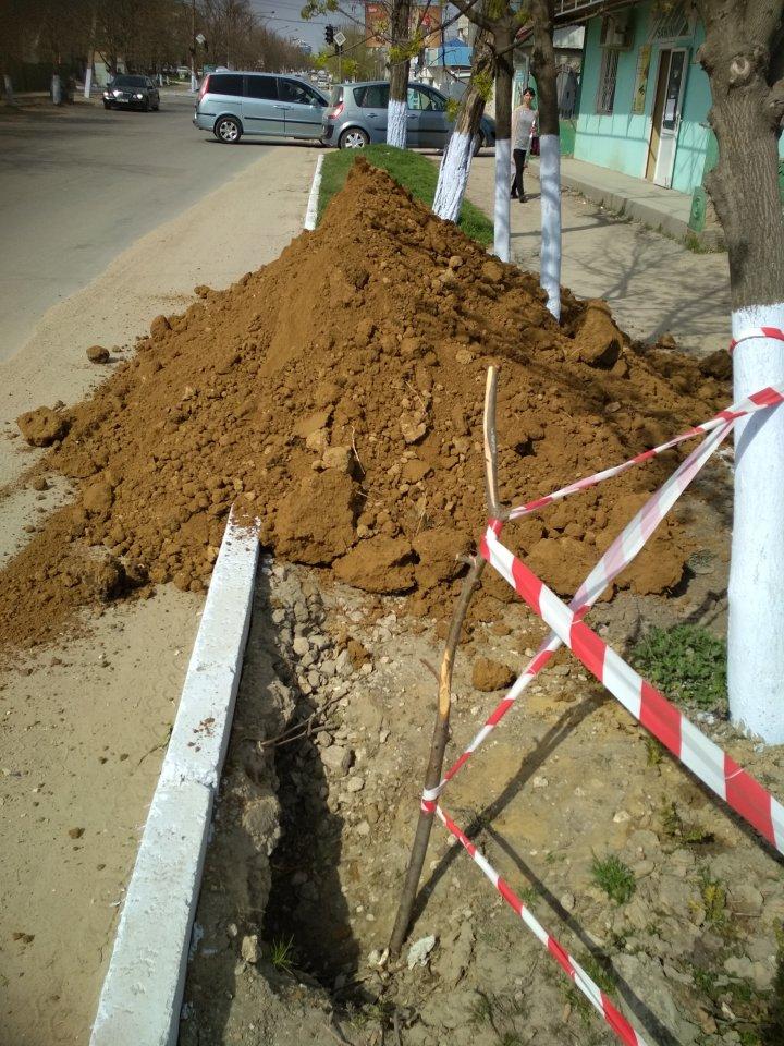 В центре Комрата образовался провал глубиной три метра: фото