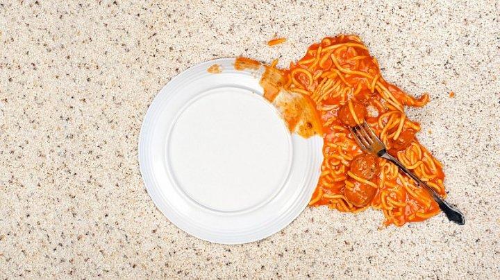 Учитель челябинской школы привлекла внимание ребенка, опрокинув на него еду
