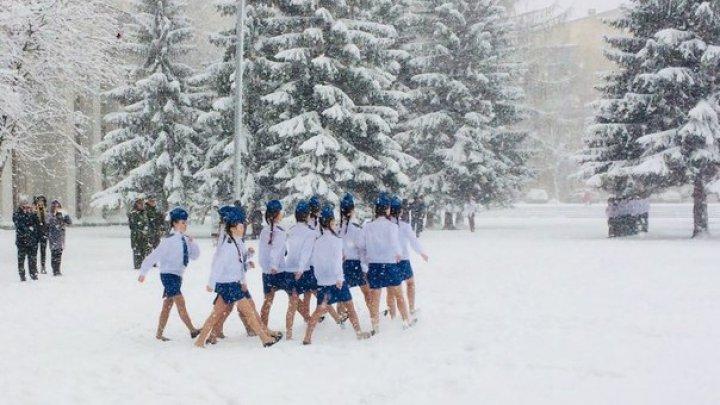 Школьниц в Екатеринбурге заставили маршировать в снегу в летней обуви