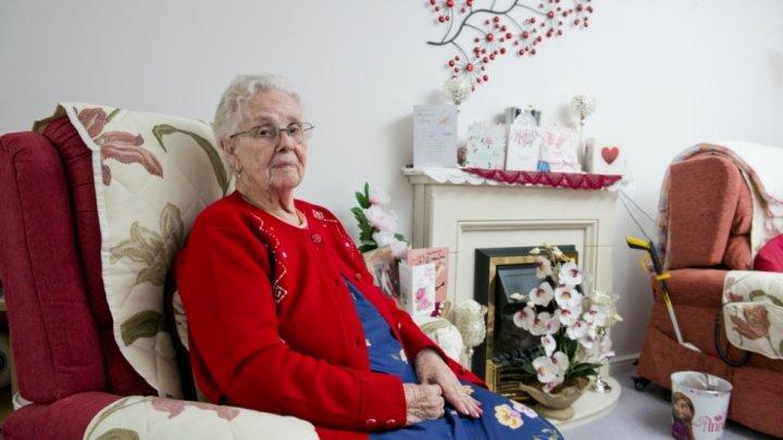 Работник почты подло подшутил над пожилой женщиной, вложив в конверт открытку с оскорблениями
