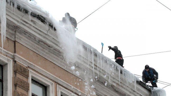 Двух детей засыпало снегом с крыши в детском саду в ХМАО