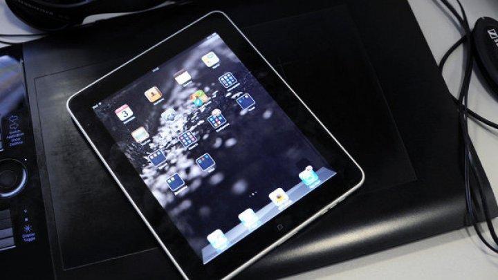Лишившийся голоса 94-летний миллиардер продолжает общаться с подчинёнными через iPad