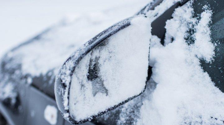 В Якутии спасатели освободили из снежных заносов 15 человек, застрявших в пургу на дороге