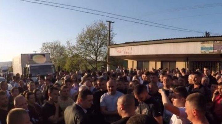 Зарезал одноклассника: На Украине толпа едва не устроила самосуд над школьником