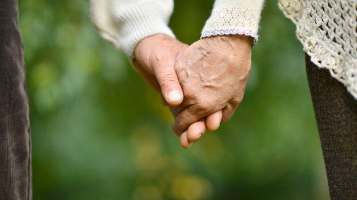 Муж и жена развелись 50 лет назад, но осознали ошибку и снова идут под венец