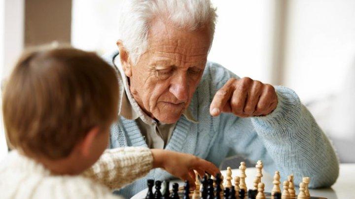 Ученые рассказали, почему старше — не значит умнее