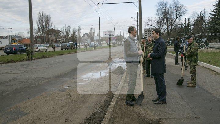 Двое министров вышли на уборку Кишинёва: фоторепортаж