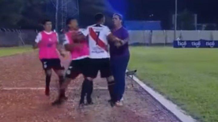 В Боливии недовольный заменой футболист набросился на тренера