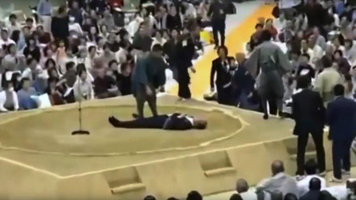 В Японии попытались прогнать женщин, которые бросились помогать получившему инсульт мэру
