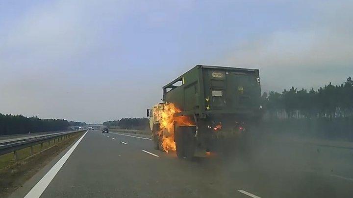 Американский военный грузовик вспыхнул на трассе в Польше