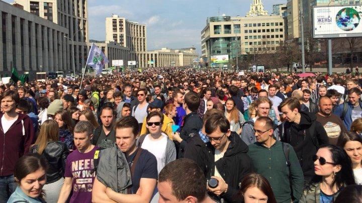 На акцию протеста против блокировки Telegram в Москве собрались более 10 тысяч человек: видео