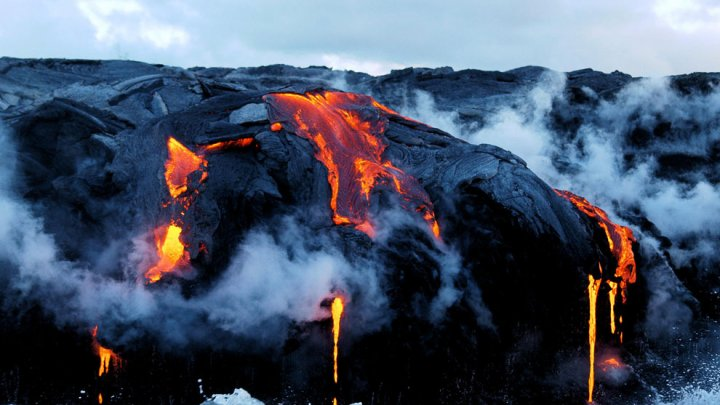На Гавайях лава вулкана начала уничтожать дома: видео
