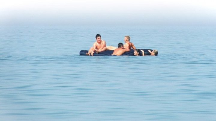 В Геленджике двое туристов 18 часов дрейфовали на матрасе в открытом море