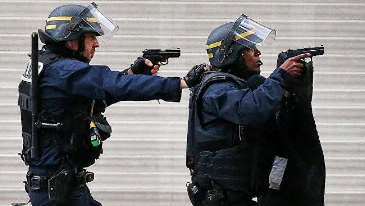 Взяты под стражу родители напавшего с ножом на прохожих в Париже