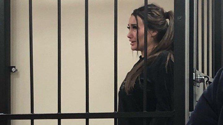 Модель, арестованная после предложения интима гаишнику в обмен на свободу, покусала конвоира: видео