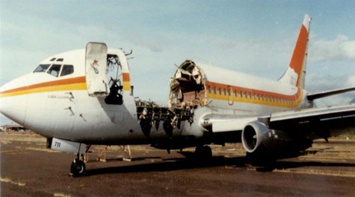 Пилотам чудом удалось посадить самолет, у которого в воздухе сорвало крышу