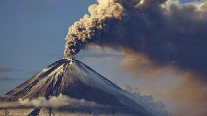 На Камчатке вулкан выбросил шестикилометровый столб пепла