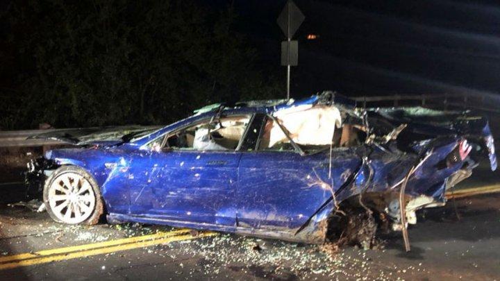 В Калифорнии Tesla вместе с водителем утонула в пруду
