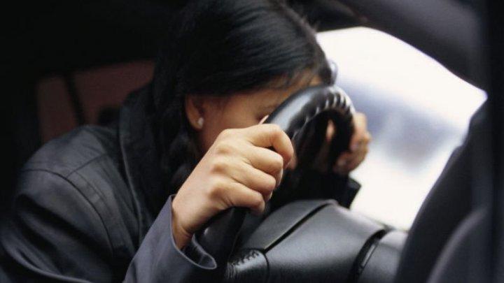 Пьяная автоледи, возившая министра Саратовской области, расплакалась на плече полицейского: видео