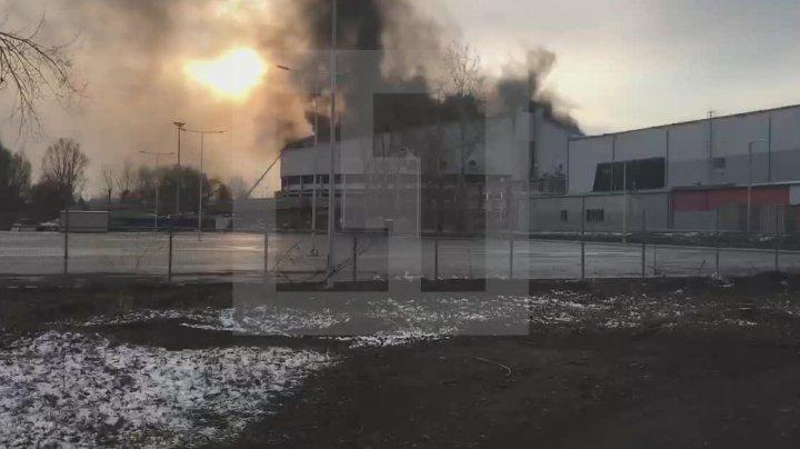 В Красноярске горит дворец спорта: видео