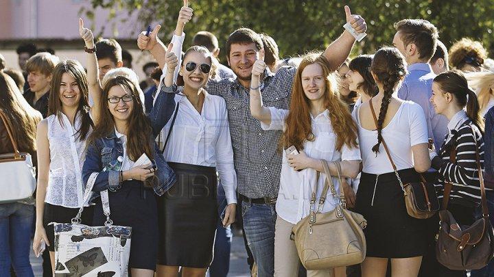 Школьники выбирают наряды к последнему звонку