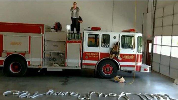Американский пожарный сделал предложение девушке с помощью шланга