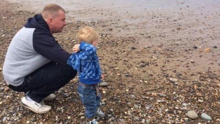 5-летний мальчик позвонил бабушке, когда отец умер от передоза у него на глазах