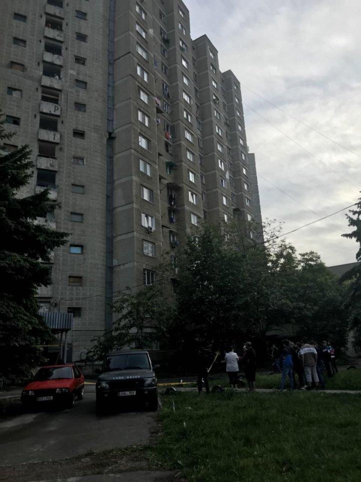 23-летний парень скончался, после того, как выпал с 13 этажа на Буюканах
