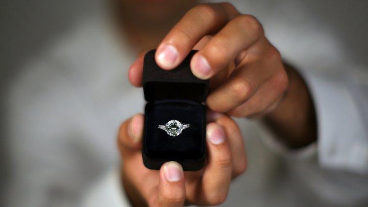 Мужчина вез девушку на тележке 41 день ради свадьбы (фото)