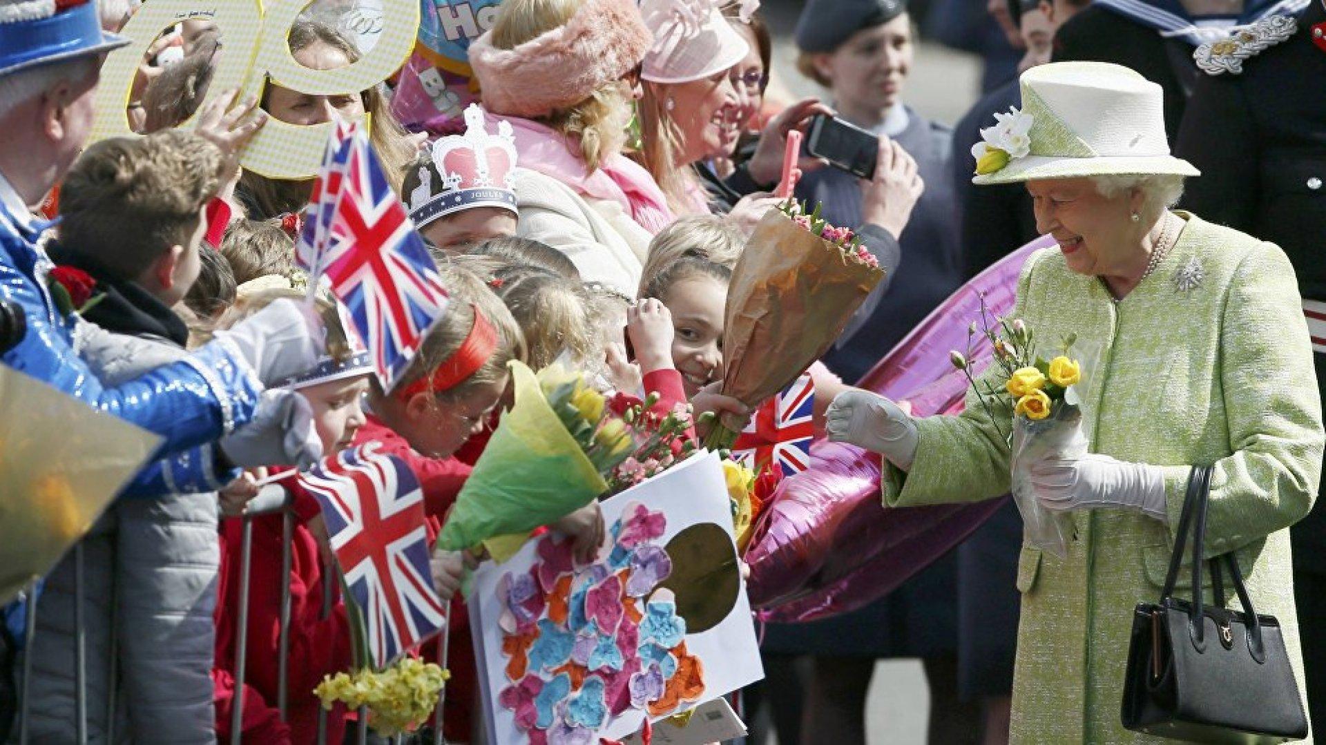 с праздником королева картинки мат капитал нельзя