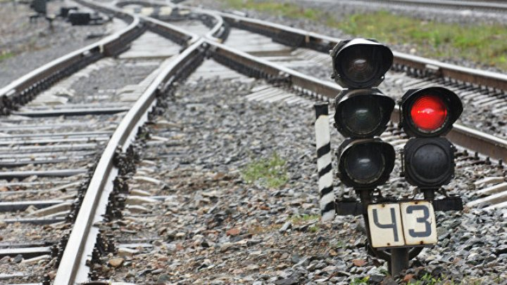 Во Франции пригородный поезд сошел с рельсов  из-за оползней