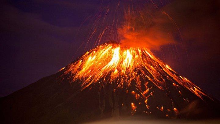 Очевидцы запечатлели уникальные кадры извержения вулкана Сьерра-Негра