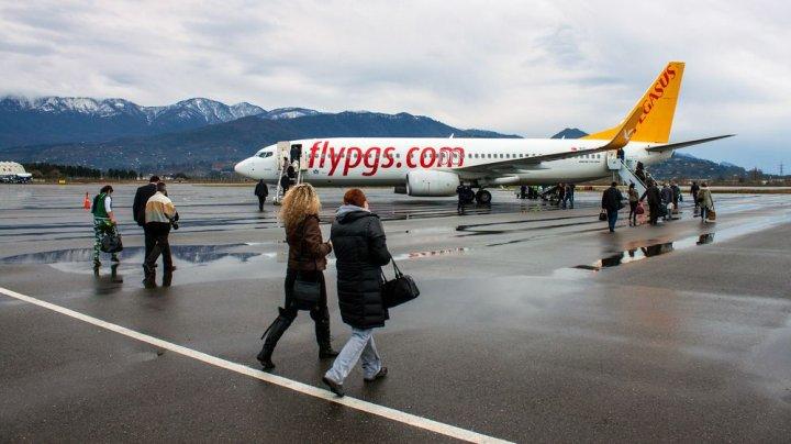 Летевший из России в Турцию самолет экстренно сел из-за отказа двигателя