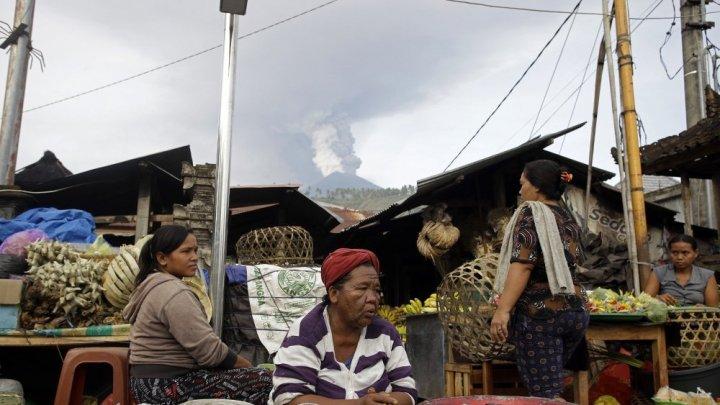 На Бали из-за пепла закрыли аэропорт
