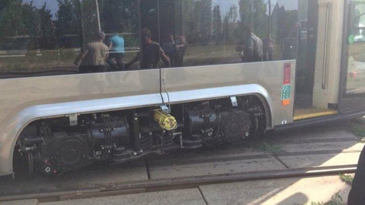 В Киеве трамвай сошел с рельсов: фото