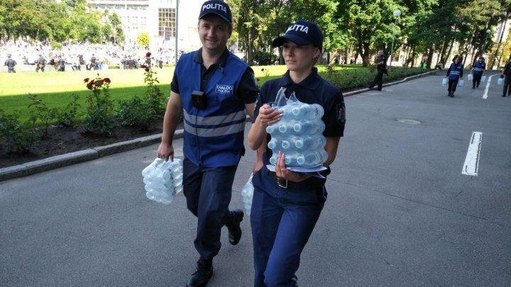 Полицейские раздали протестующим питьевую воду: фото