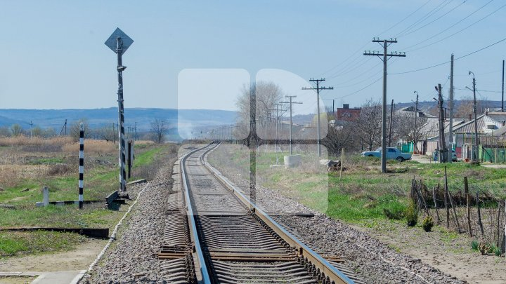 В Леовском районе поезд врезался в микроавтобус: пассажир погиб, водитель госпитализирован